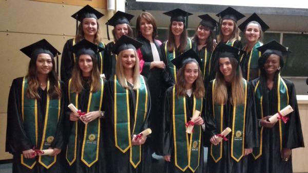 Les diplômés de la promo 2018 Option Conception et production des produits de santé - cosmétologie avec Mme Begu