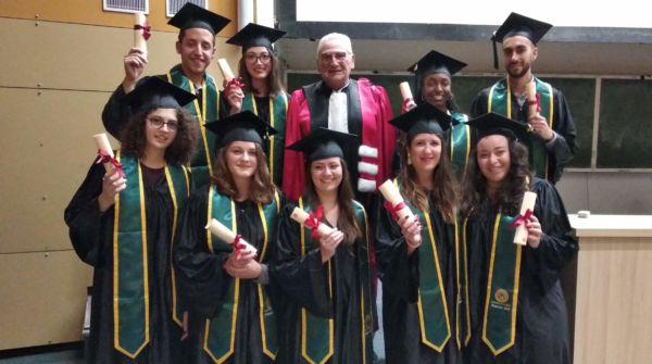 Les diplômés de la promo 2018 Option Conception et production des produits de santé - médicament avec M. Bataille